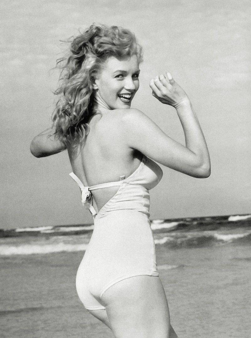 10 Poses to Show Off Your Swimsuit