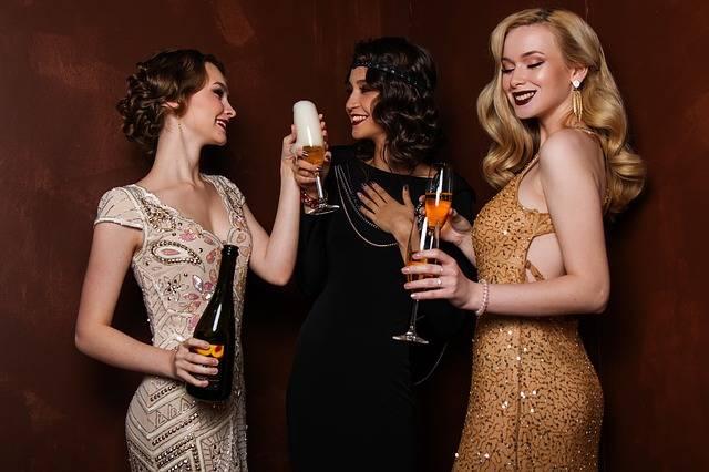 Feiernde Frauen mit Champagner