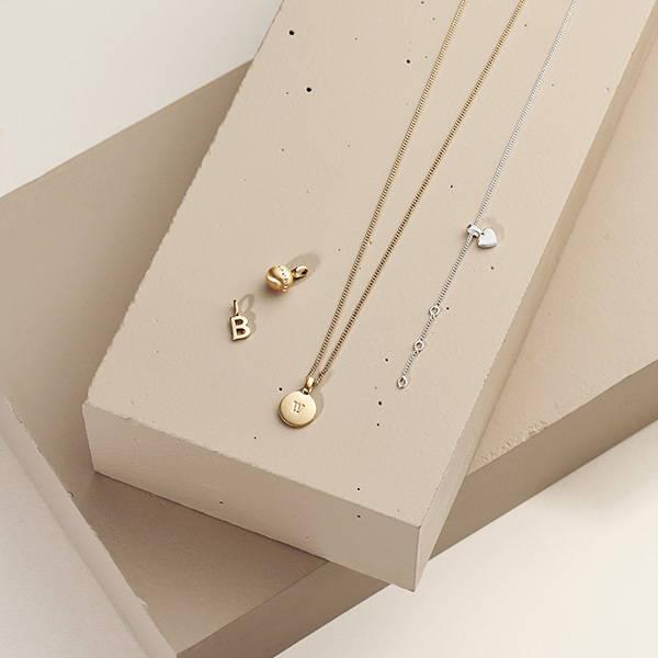 Sätt en personlig prägel på din stil med ett personlig smycke