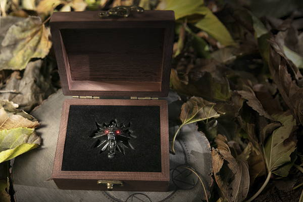 Product image of the The Witcher 3: Wild Hunt Medallion and Chain with LED Eyes in Wooden Box