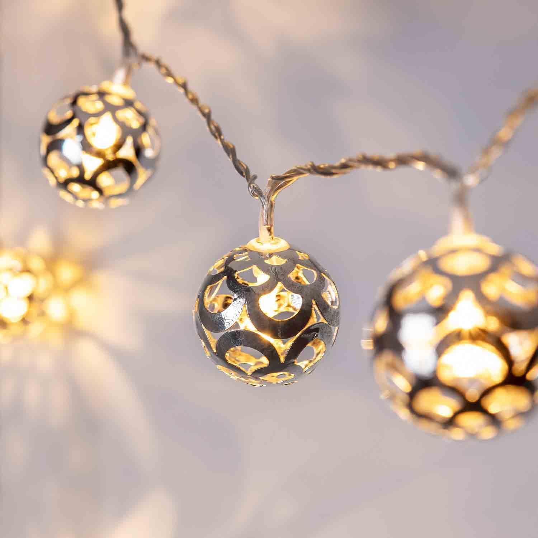 Silberne Kugel Lichterkette mit warmweißem Licht.