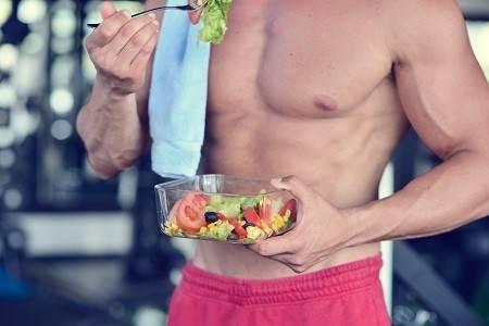 Mann beim Salatessen
