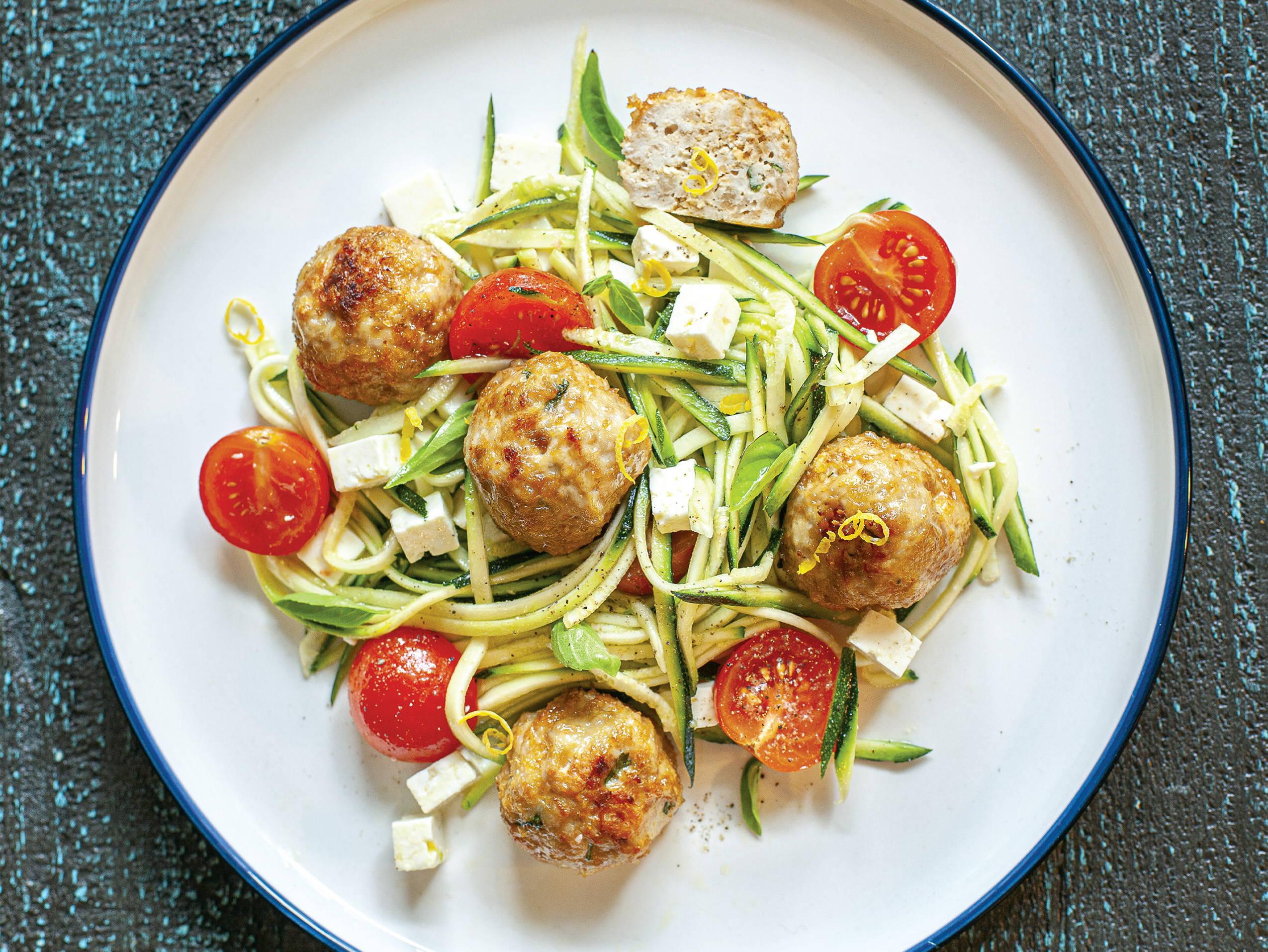 Recette santé de salade avec courgettes et boulettes de poulet, de la docteure en nutrition Isabelle Huot