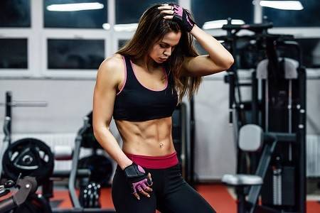 Frau beim Training im Gym