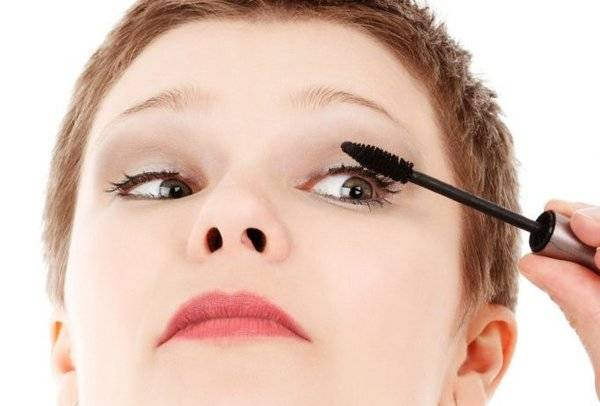 Applying Mascara - My Little Mascara Club