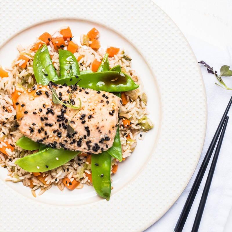 Saumon en croûte de sésame Isabelle Huot Docteure en nutrition. Repas gourmand et santé prêt en 5 minutes. Savoureux et rassasiant, ce pavé de saumon aux notes asiatiques s'accompagne à merveille de pois mange-tout al dente et de riz brun aux légumes.