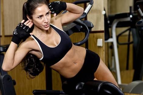 Donna che fa esercizi addominali sollevando il tronco laterale