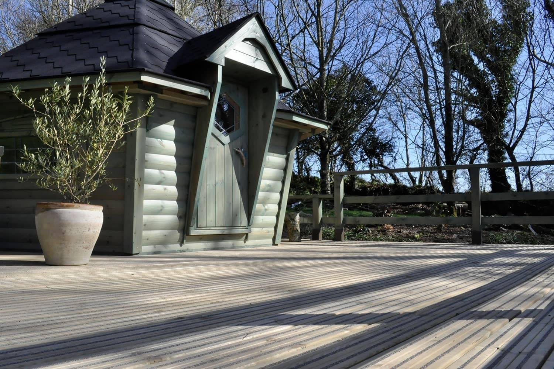 Cabane barbecue avec plate-forme de terrasse