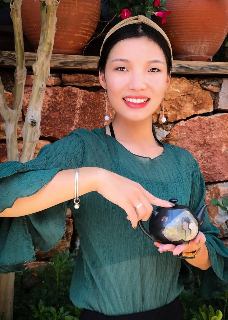 Beautiful Staff Holding Teapot in Jian Shui