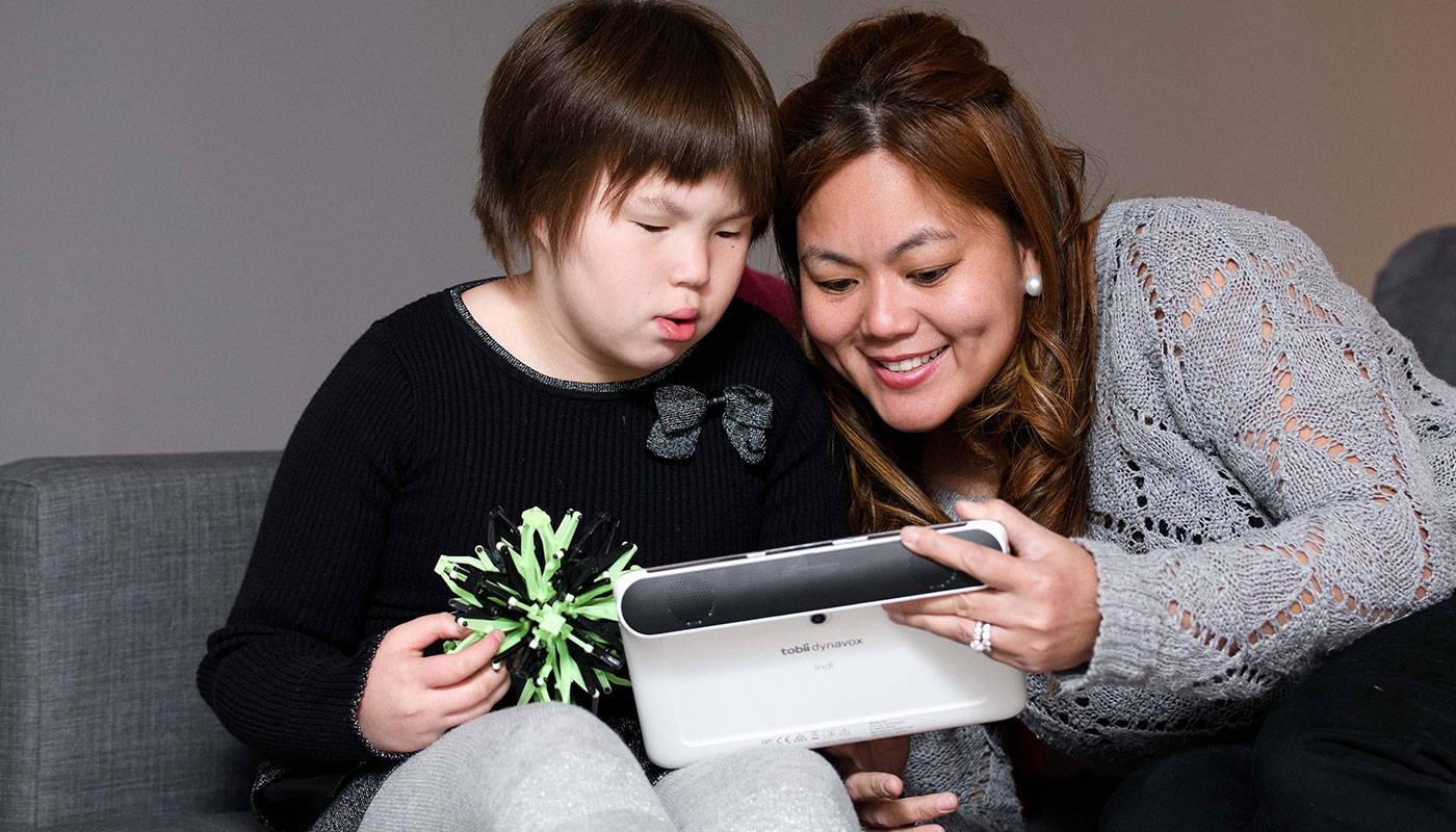Mutter und Tochter kommunizieren mithilfe von unterstützenden Technologien von Tobii Dynavox
