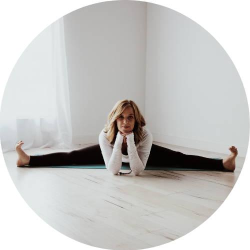 Liz Skarvelis l Mukha Yoga