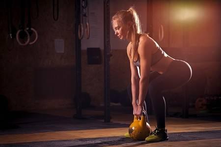 Frau beim Training mit einer Kettlebell
