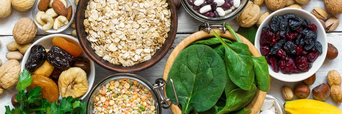 Vollkornprodukte, Nüsse, Hülsenfrüchte, Gemüse und getrocknete Früchte sind gute Magnesiumlieferanten