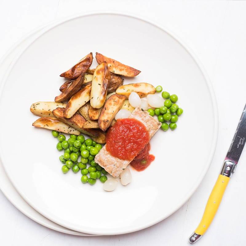 Pain de viande réinventé Isabelle Huot Docteure en nutrition. Repas prêt à manger parfait pour les gens pressés. De la dinde hachée maigre servie avec des quartiers de pommes de terre, des oignons perlés et des pois verts.