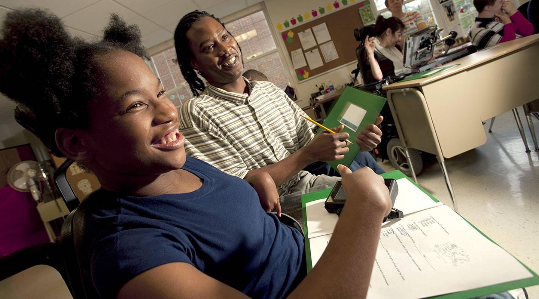 Schülerin und Betreuerin in einer Förderklasse