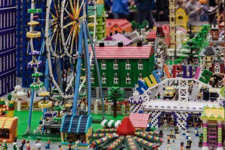 LEGO näyttely tapahtuma maailmanpyörä ja taloja