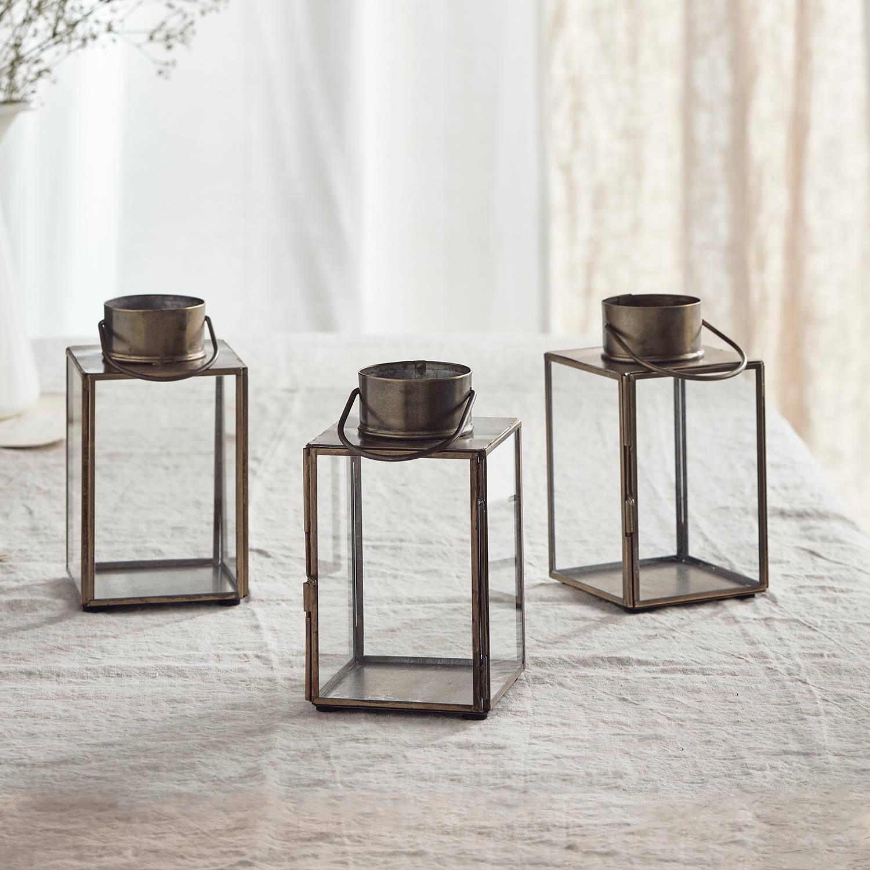 Gota Glaslaternen 3er Set auf Tischdecke vor weißem Vorhang.