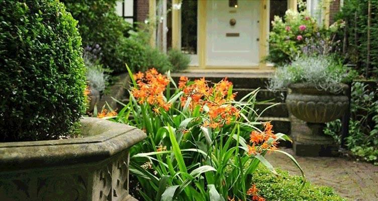 Piccoli giardini all'ingresso di casa