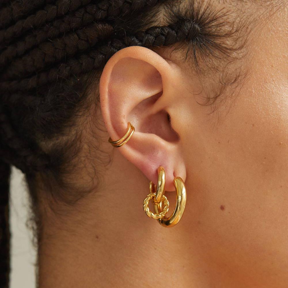 Creolen in Gold, mit Ear Cuff.