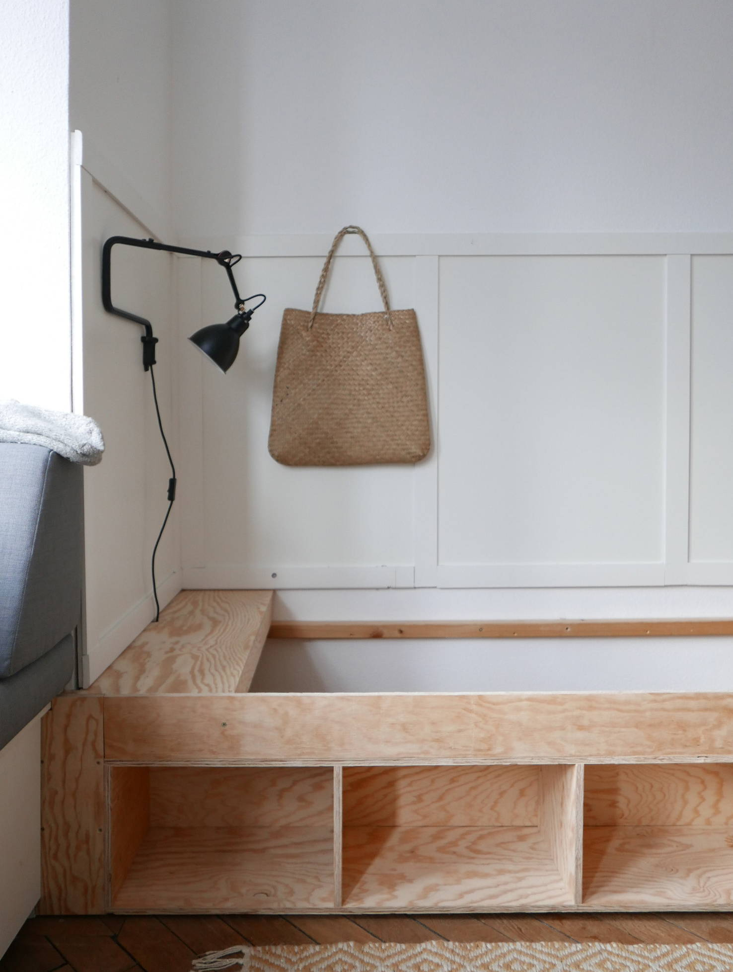 Guest bed construction with maritime pine and basket