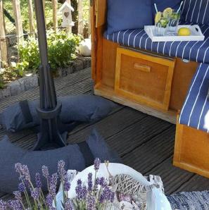 Baser Sonnenschirmständer Schatten Sandsäcke dunkel Strandkorb Sitzkissen blau weiß
