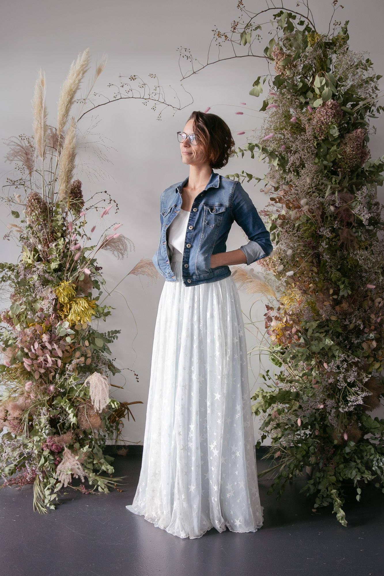 noni Brautkleider, mehrteiliges Brautkleid, farbig, blauer Softtüllrock, blauer Brautpulli und Überrock aus Sternentüll mit Jeansjacke