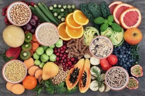 C'è una vasta selezione di frutta e verdura ricca di fibre