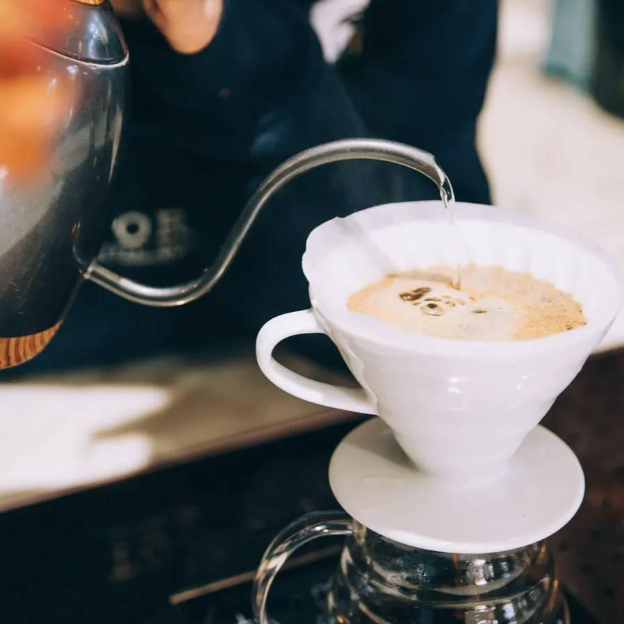 FIlterkaffee-Zubereitung mit Wasserkessel und Porzellanfilter von Hario