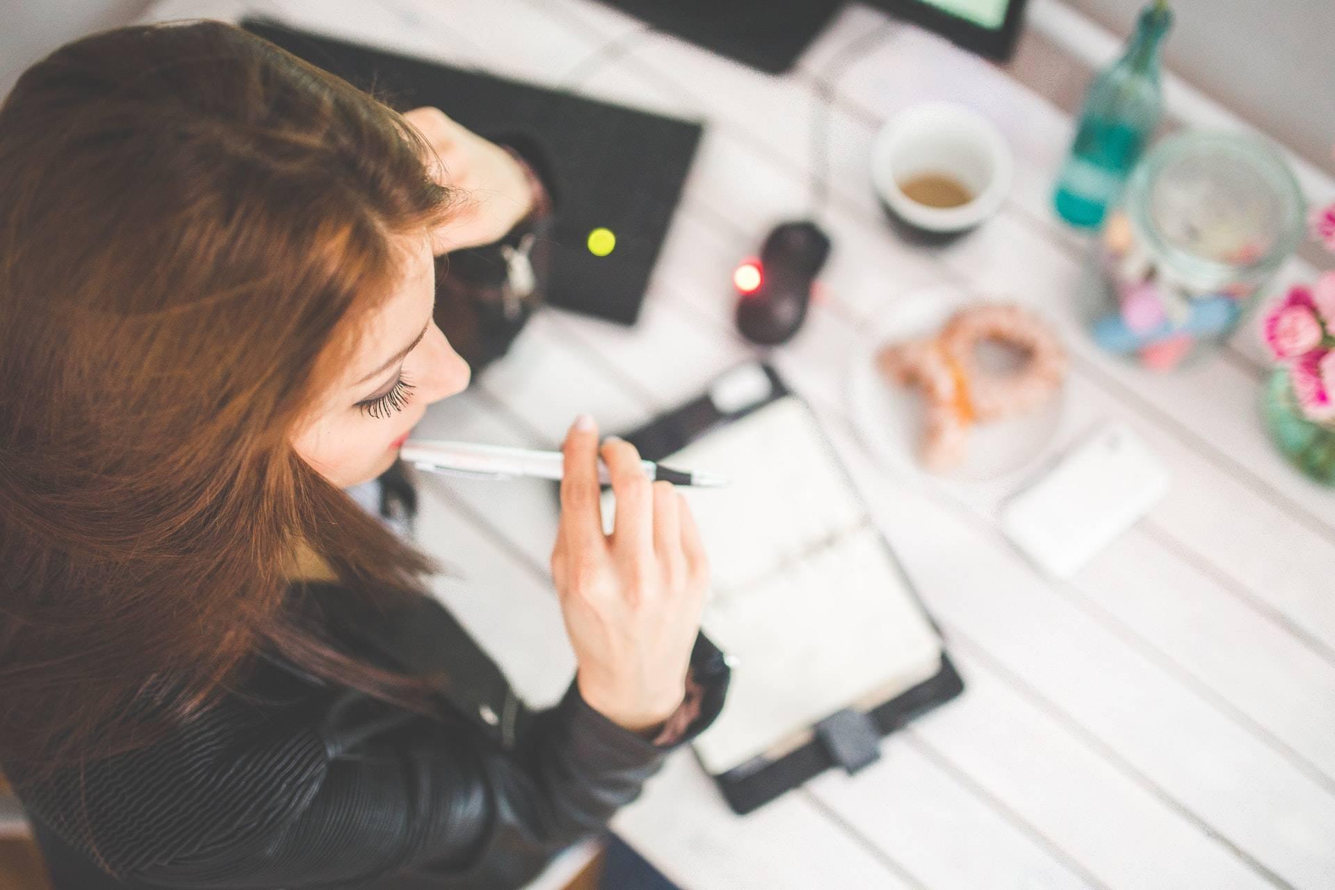 Vape pen for female intern writing notes