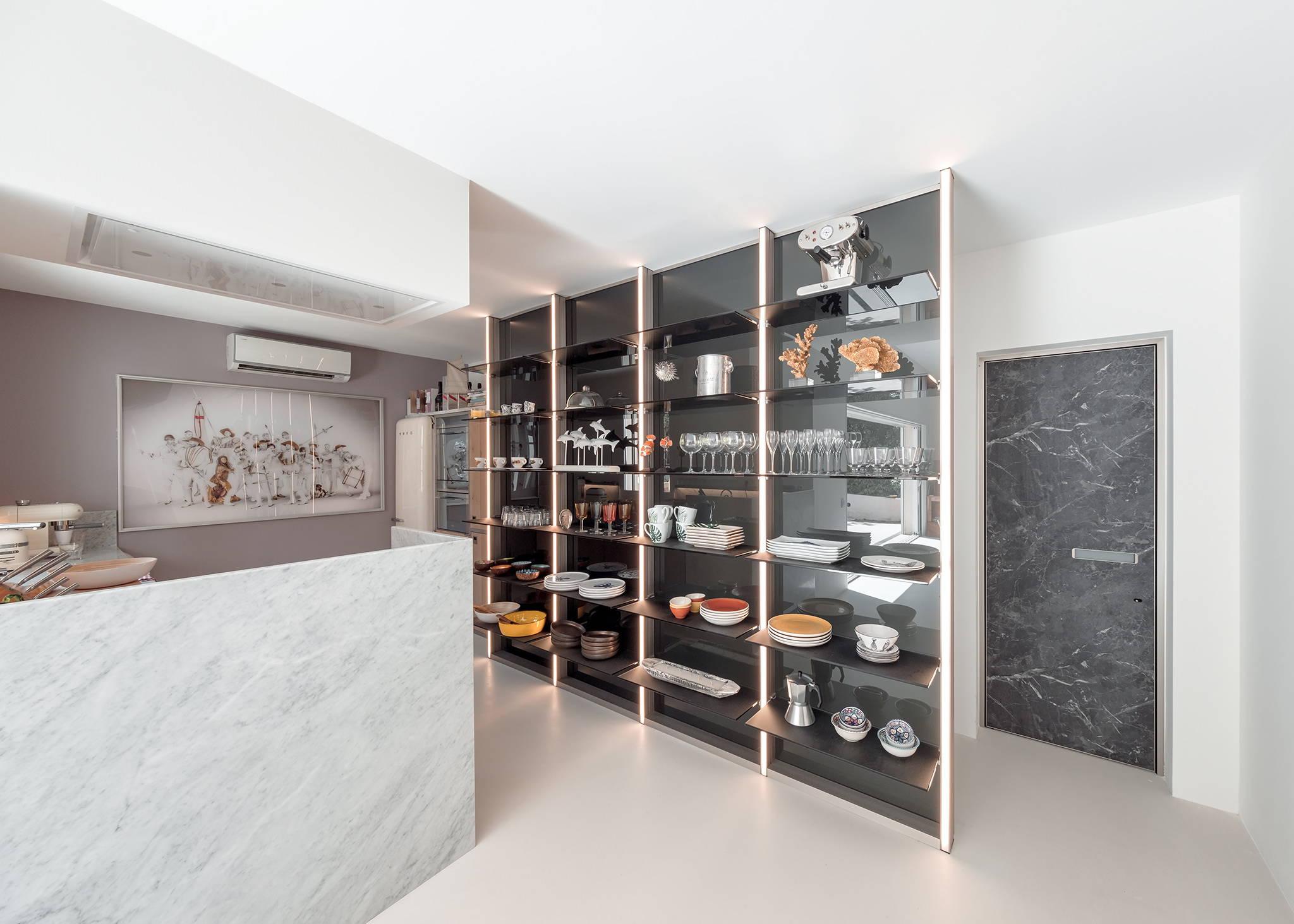 Glass kitchen arrangements