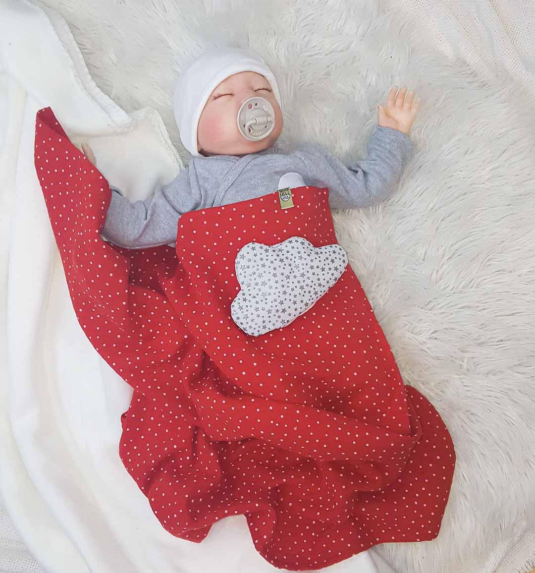 Baby-Outfit bestehend aus Strampler, Wickbody und Wärmekissen