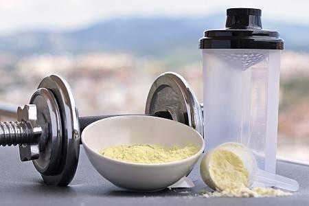 Proteinpulver mit Shaker und Kurzhantel
