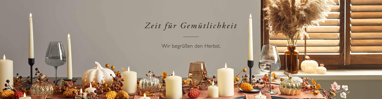 Herbstliche Tischdeko mit TruGlow LED Kerzen, Herbstgirlande und verschiedenen LED Kürbissen