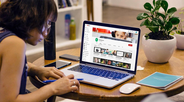 Junge Frau schaut sich ein Webinar von Tobii Dynavox an