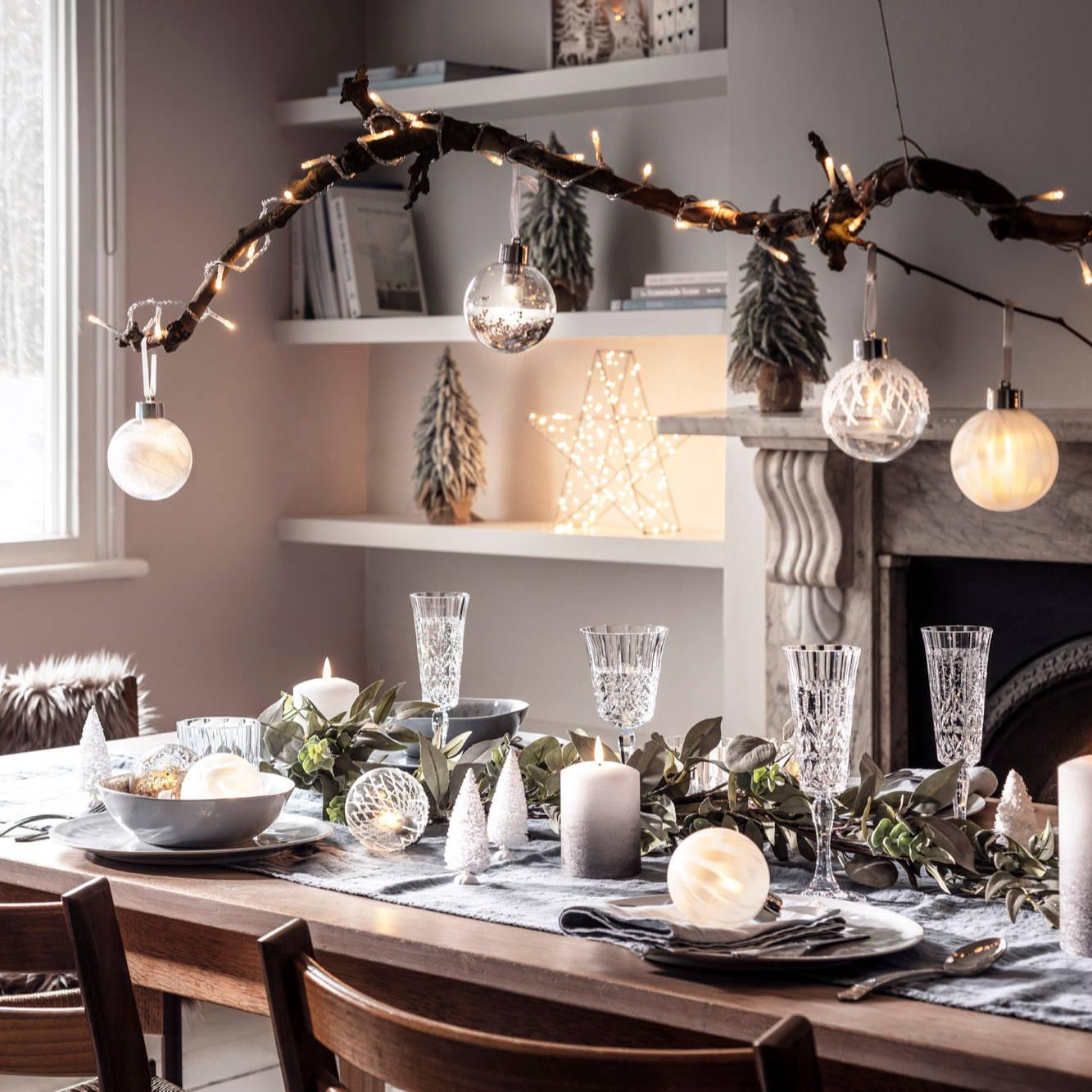 Tischdeko für Weihnachten, Weihnachtsgirlande, Kerzen und Weihnachtsbaumkugeln