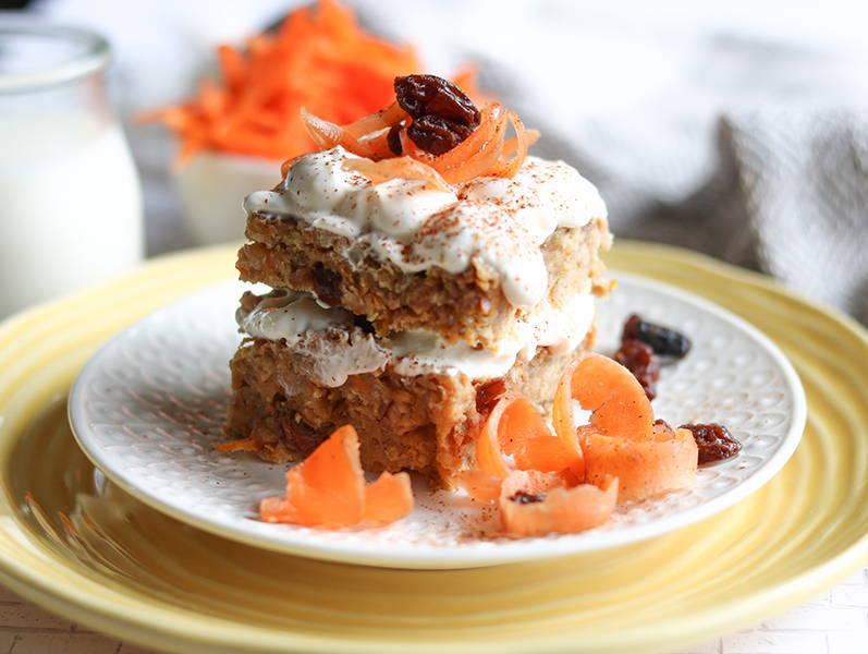 Recette de gâteau aux carottes du blogue santé Isabelle Huot Docteure en nutrition. Efficace comme collation pré-entraînement, en lunch pré-compétition et plus traditionnellement en dessert! Ce gâteau aux carottes nutritif se fait à partir d'avoine, de quinoa, de soya, de yogourt grec et de purée de dattes.