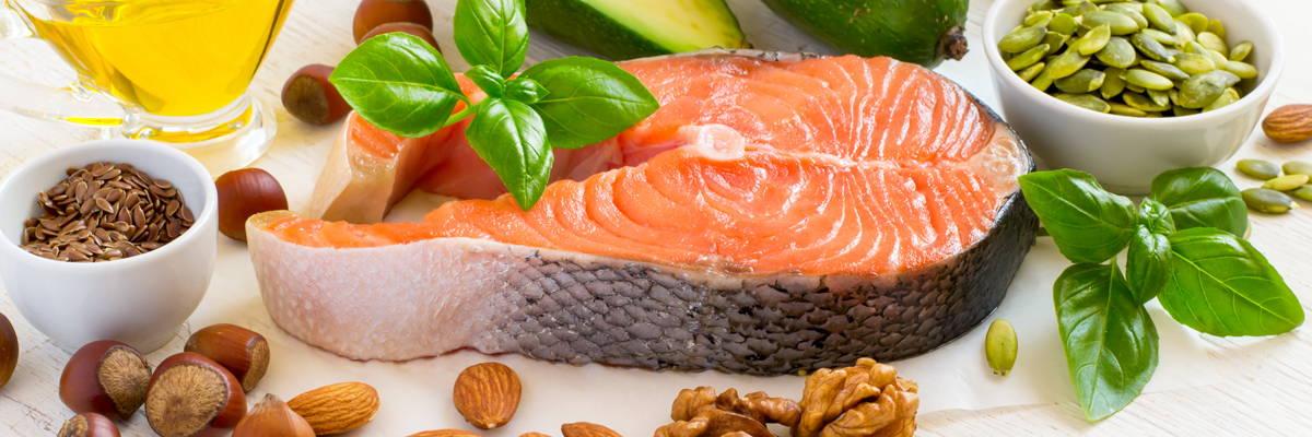 Zur Deckung des Omega-3-Bedarfs eignen sich Lebensmittel wie Lachs, Nüsse, Leinsamen und pflanzliche Öle