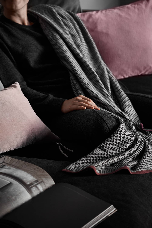 Wolldecke und Sofa