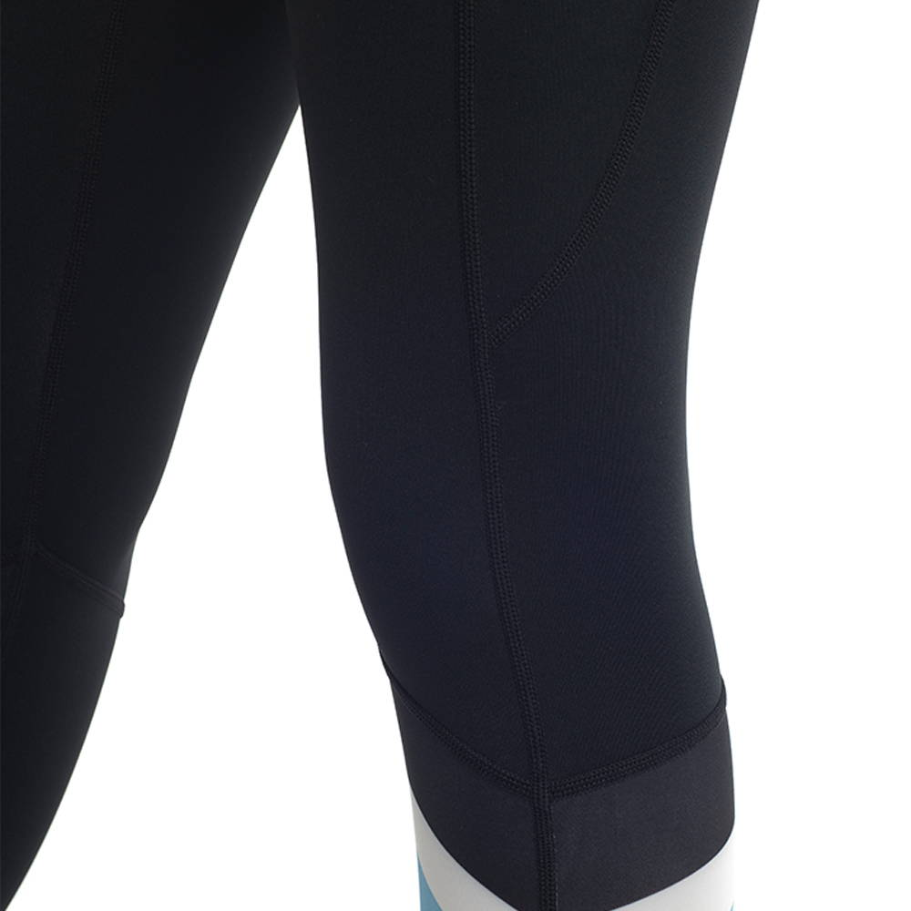 Precisely positioned panels and seams support and stabilise the muscles to reduce fatigue and risk of injury.