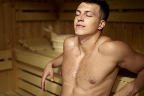 Mann regeneriert in Sauna nach Training nach einem Muskelaufbau-Trainingsplan