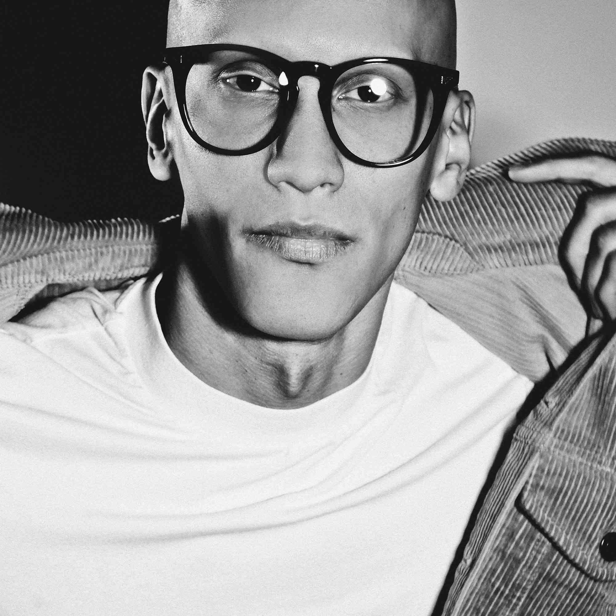 Male model wearing joiuss deano black round glasses