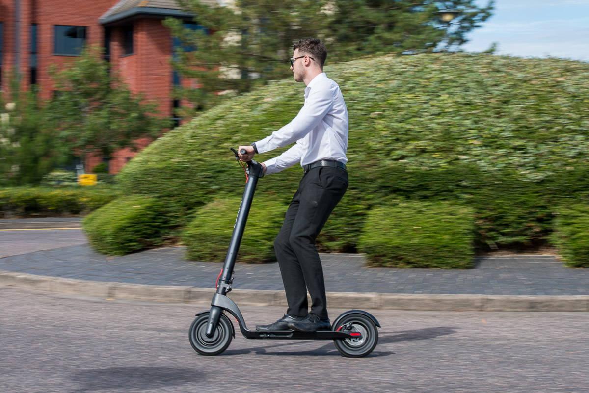 體面的 X7 踏板車快速騎行