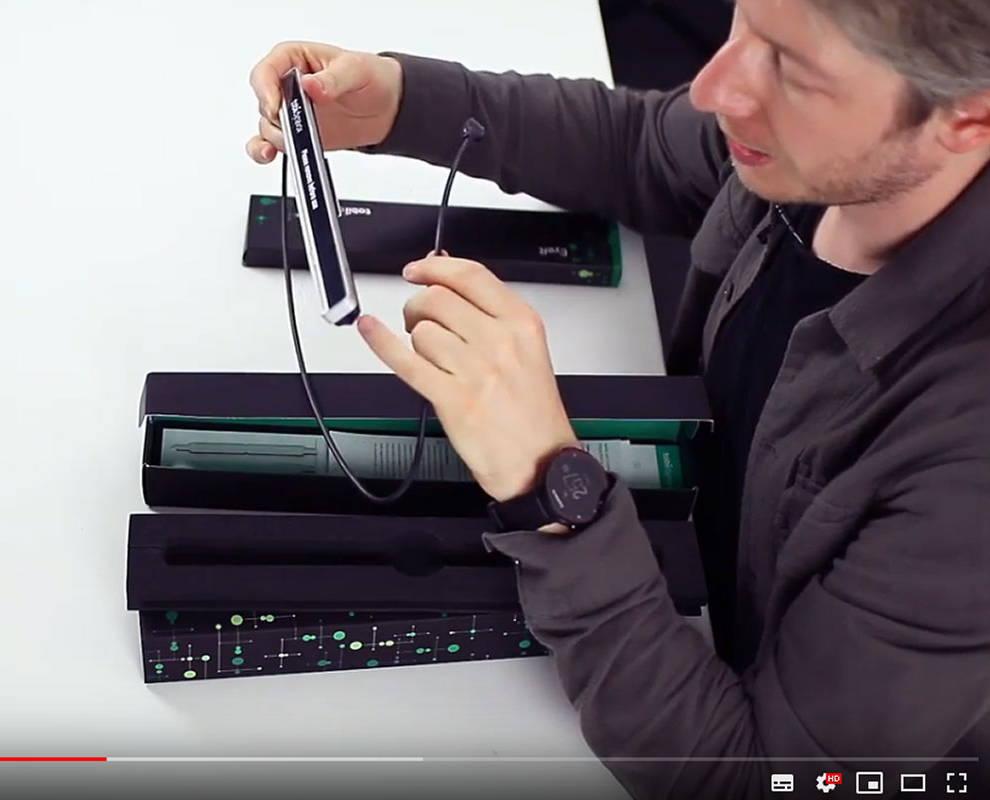 Bild aus einem Unboxing-Video eines PCEye Plus-Gerätes von Tobii Dynavox