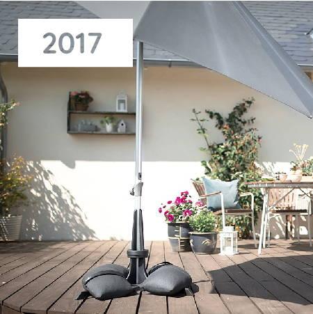 Baser Sonnenschirmständer dunkelgrau Sandsäcke Terrasse Holz Schatten