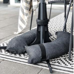 Baser Sonnenschirmständer Sandsäcke dunkelgrau Fliesen Teppich kariert