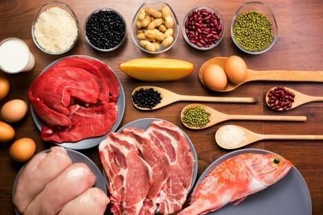 Zu den Lebensmitteln für Muskelaufbau zählen u. a. Fisch, Fleisch, Eier und Hülsenfrüchte