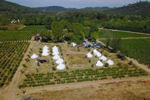 village de tentes pour retraites spirituelles