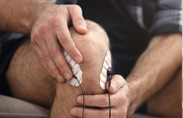 Man using painpod 3 in his knee