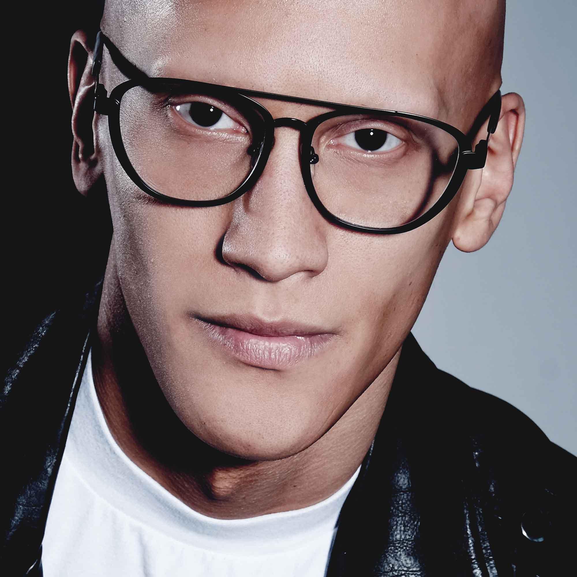 Male model wearing joiuss dennis black aviator glasses