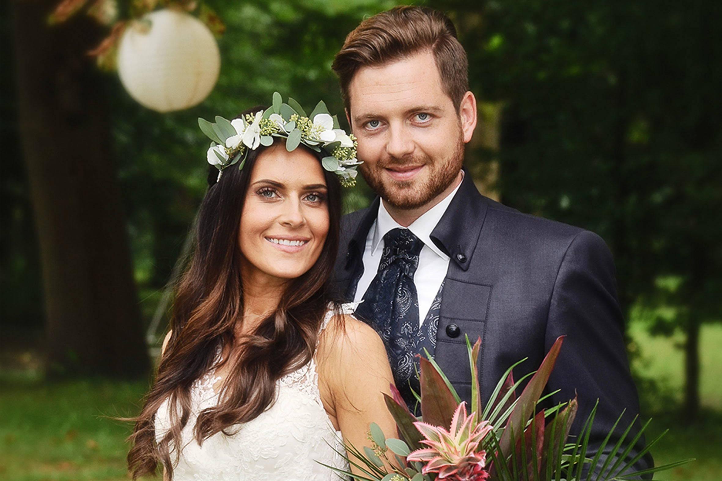 brautstyling mit blumenkranz - hippie boho wedding mit püppikram